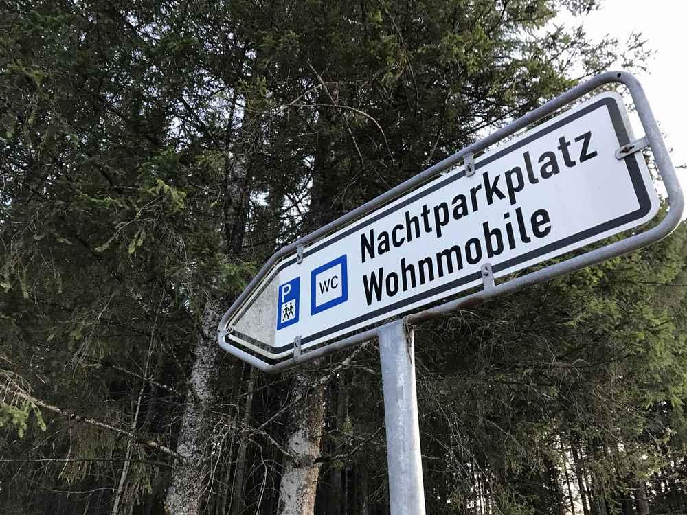 Camping Sylvensteinsee: Hier geht es von der Straße zum Wohnmobilstellplatz