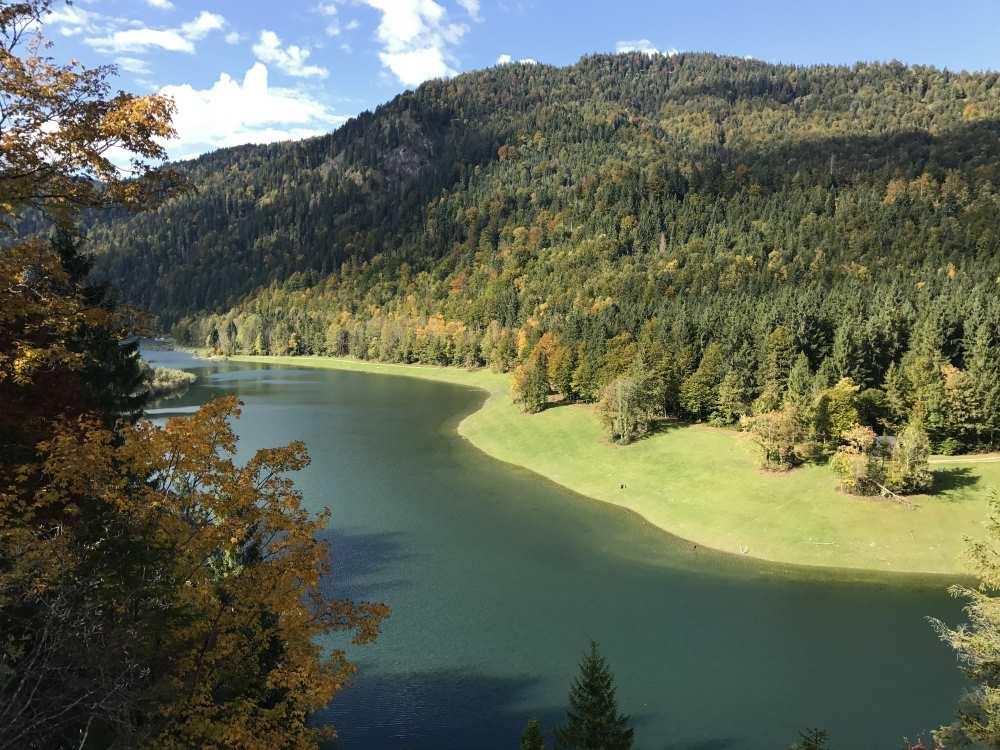 Der Blick auf den Sylvensteinsee vom Südostufer im Karwendel