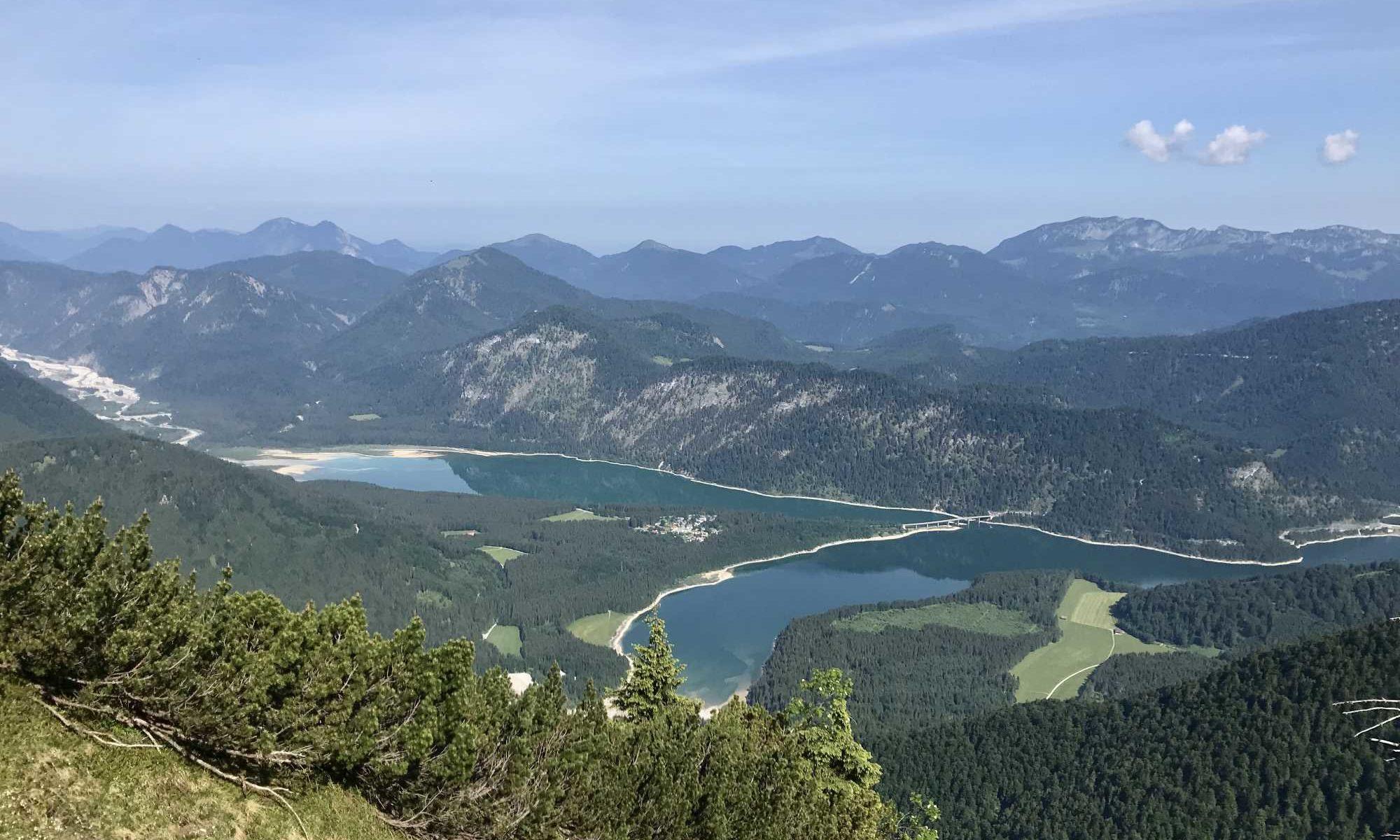 Traumhaft schön: Der Blick auf den Sylvensteinsee bei der Wanderung im Karwendel