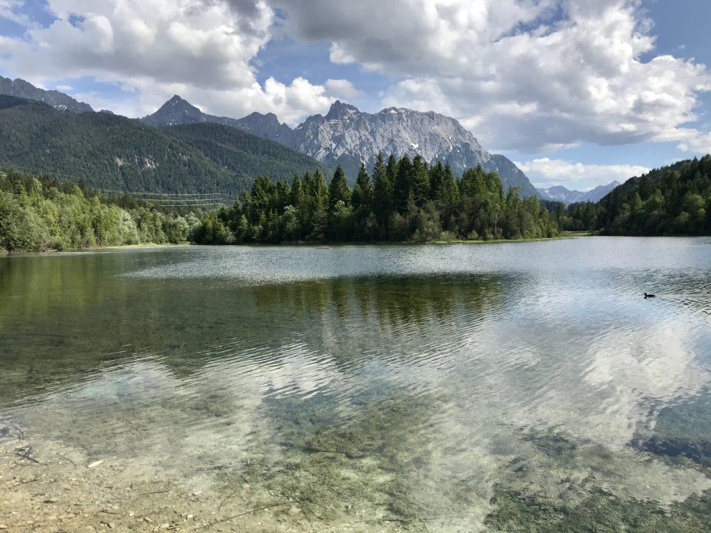 Die Isar im Isarstausee bei Krün, hinten die Spitzen des Karwendelgebirge