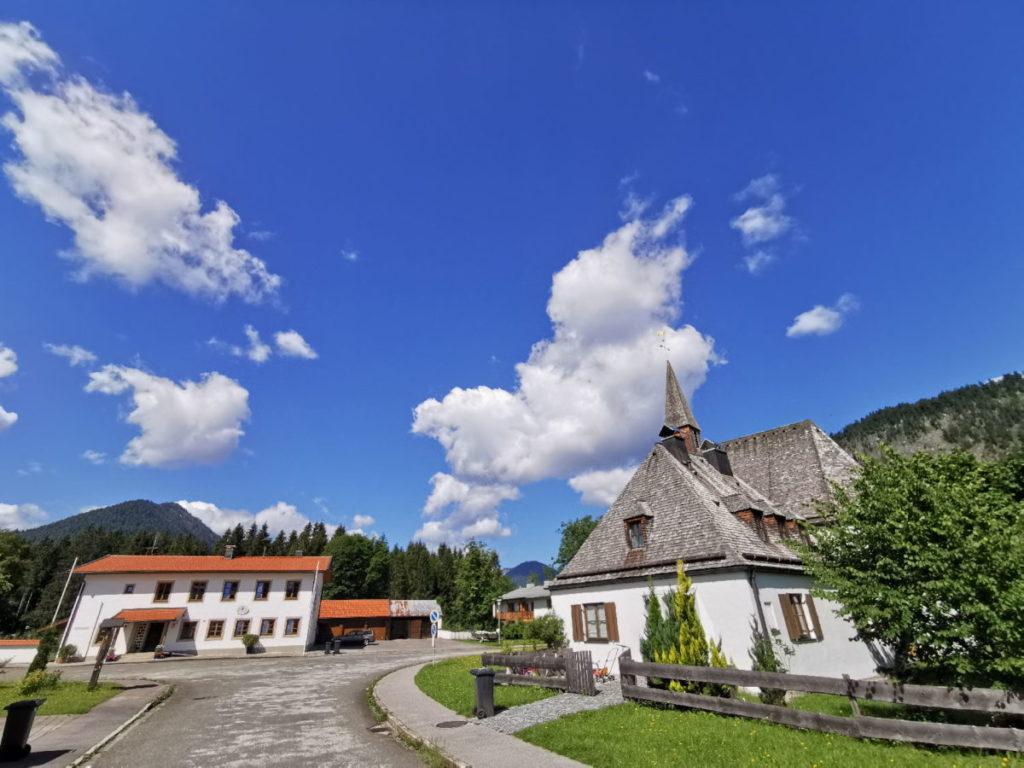 """Das ist die Siedlung """"Fall"""" am Sylvenstein. Sie gehört zur Gemeinde Lenggries - liegt neben dem Sylvensteinsee"""