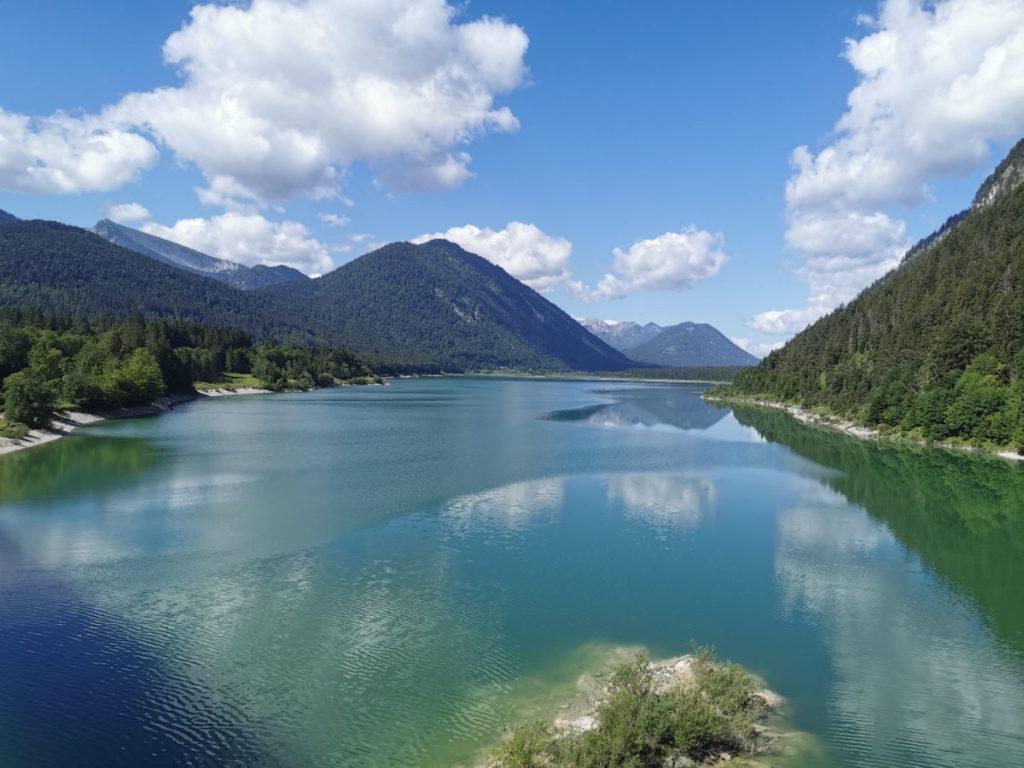 Am Sylvenstein: Idyllischer Blick über den Sylvensteinsee mit den Bergen in Bayern