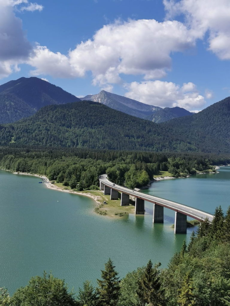 Die wohl bekannteste Brücke in Oberbayern: Die Sylvensteinsee Brücke am Sylvenstein
