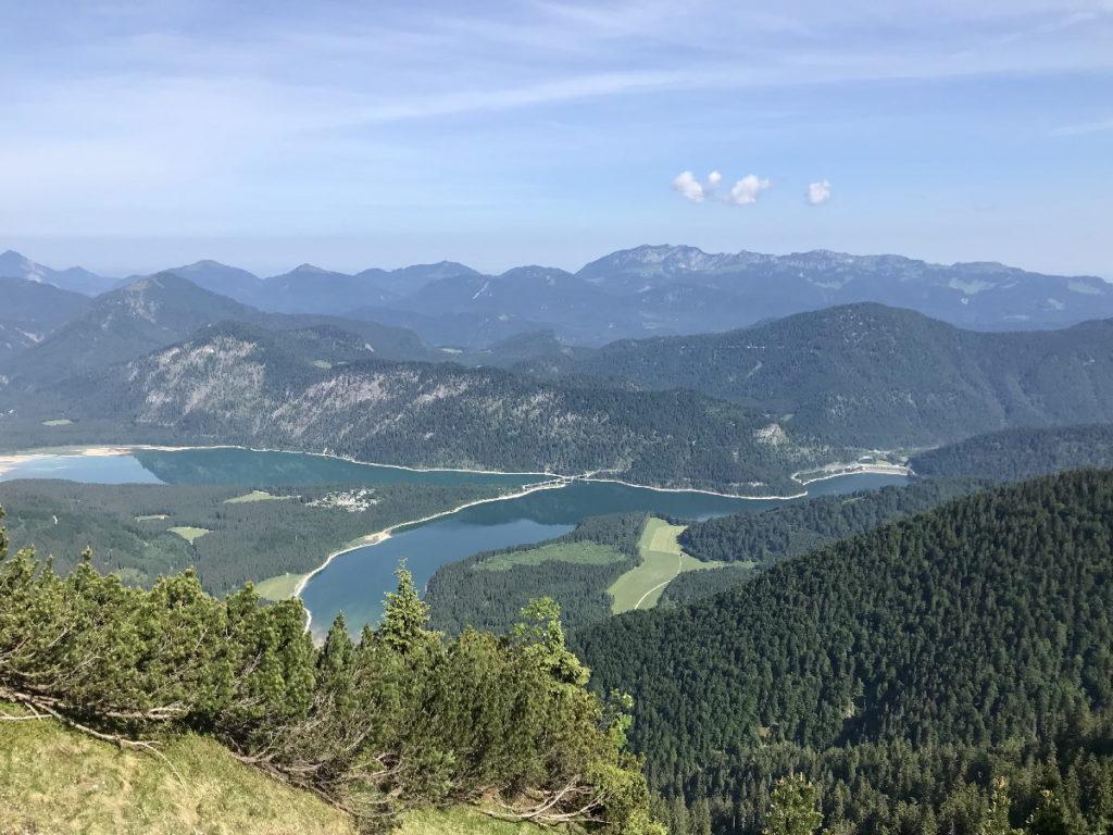 Der Sylvenstein Blick aus dem Karwendel auf den Sylvensteinsee in Bayern