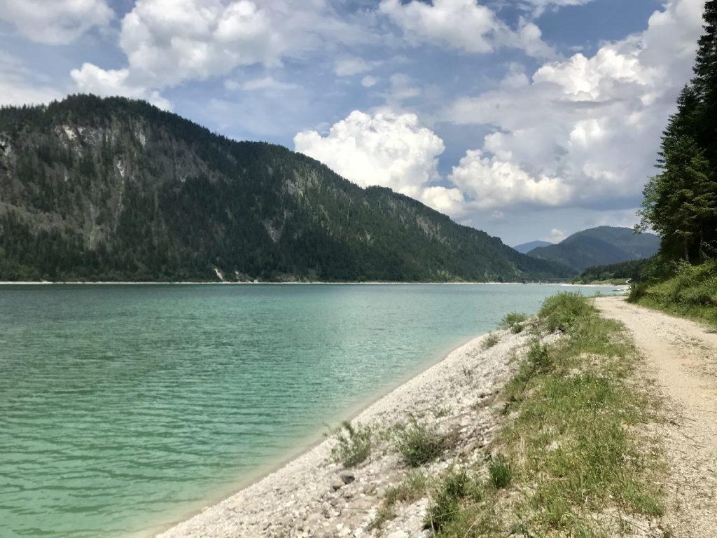 Direkt am Sylvensteinsee wandern - es gibt einen breiten Weg