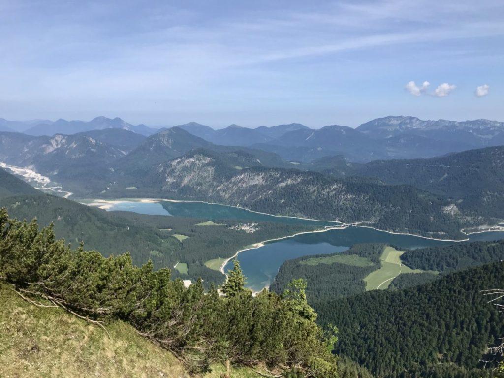 Das ist der Ausblick von den Gipfeln in Richtung Sylvensteinsee