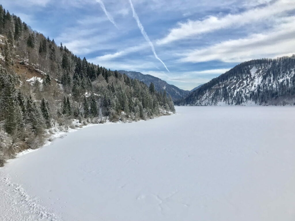 Sylvensteinsee im Winter - das Wasser verschwindet unter dem frischen Schnee der letzten Nacht