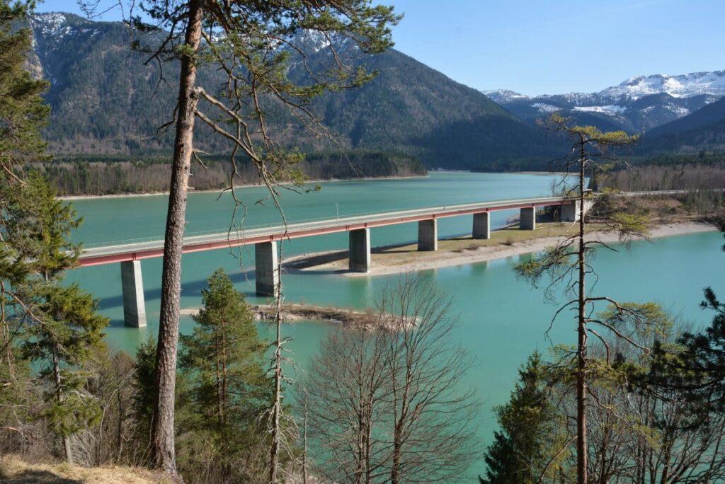 Blick auf die Brücke am Sylvensteinsee
